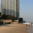 Hua Hin. Thailande. Montée du niveau des océans. Il y cinq ans, la mer était à plus de 100 m. Les autorités examinent à présent l'évacuation de l'immeuble. Photos Levante. […]